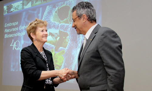 Photo: M. Ann Tutwiler, Bioversity International Director General, and Mauricio Lopes, President of Embrapa, signing the 5-year agreement to boost sustainable food systems. Credit: Embrapa