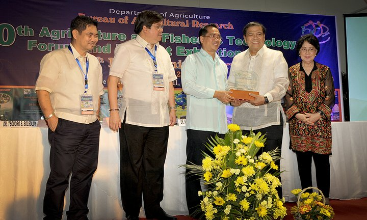 Agustin Molina, on behalf of Bioversity International, receives an award from DA-BAR, the Philippines Department of Agriculture - Bureau of Agricultural Research. Credit: Bioversity International/V. Sinohin