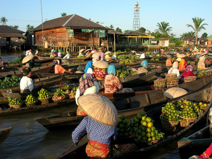 Floating market, Indonesia. Credit: Bioversity International/F. de la Cruz