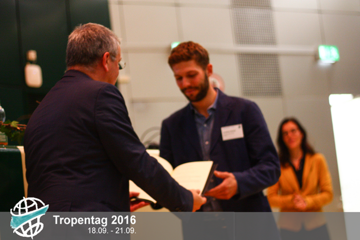 Jonathan Steinke receives the Hans H Rutherford Fiat Panis award at Tropentag 2016. Credit: Tropentag