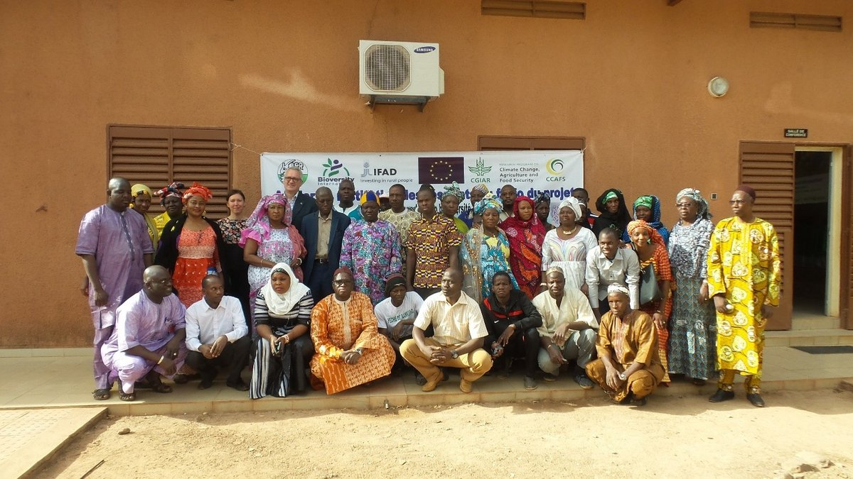 Partners of IER, Stefano Padulosi and Gennifer Meldrum with producers, traders and consumers of the fonio value chain at the Fonio meeting in Bamako, Mali. Credit: Bioversity International/G.Lochetti