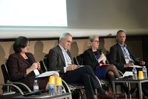 Panelists share experiences and ideas on convergences between science, policy and business at the GLF, Paris, Dec 2015. Credit: Bioversity International.